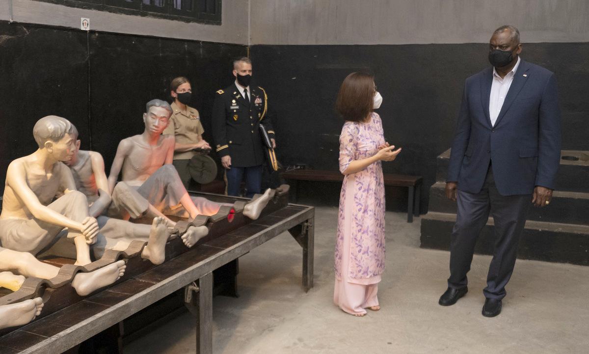Bộ trưởng Austin thăm di tích nhà tù Hỏa Lò hôm 28/7. Ảnh: Dvidshub.