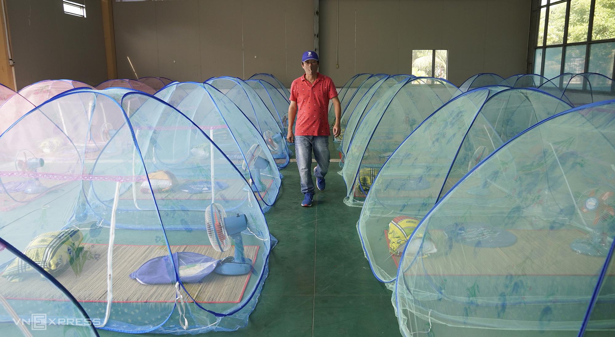 Khu vực cho công nhân ngủ tại một công ty may mặc ở miền Tây. Ảnh: Hoàng Nam