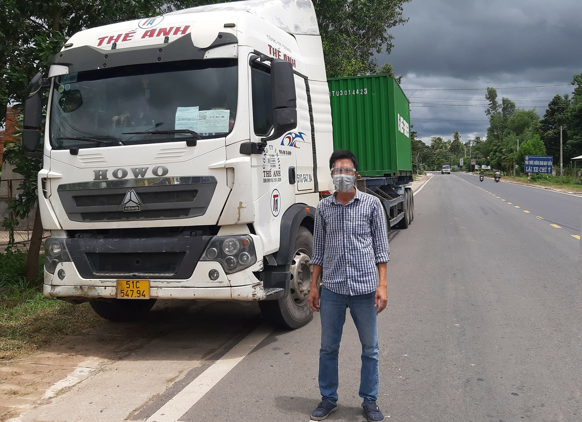 Anh Hòa bên chiếc container lên Tây Ninh chở hàng về cảng Cát Lái, quận 2, TP HCM. Ảnh: Văn Hòa