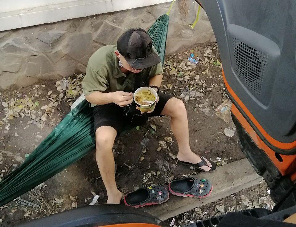 Một tài xế ăn mì gói tại bãi xe nơi anh Nam đang ở và bị phong tỏa do dịch. Ảnh: Công Nam
