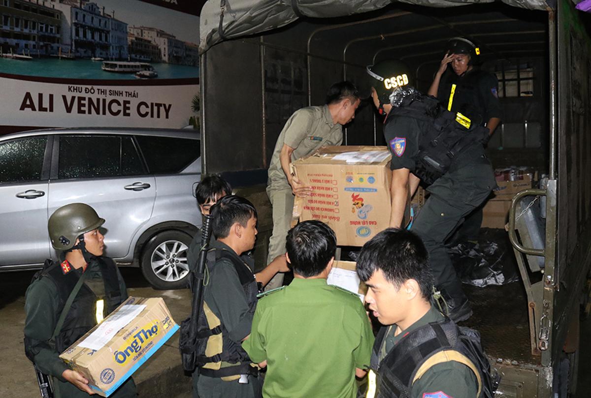 Cảnh sát thu giữ tang vật trong quá trình khám xét công ty Alibaba. Ảnh: Công an cung cấp.