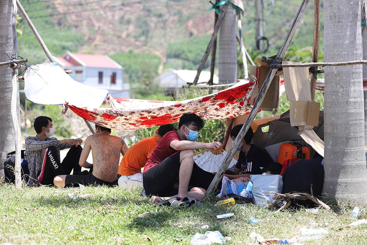 Người dân ngồi trong các lều tạm giữa nắng nóng chờ đi cách ly tập trung. Ảnh:Võ Thạnh