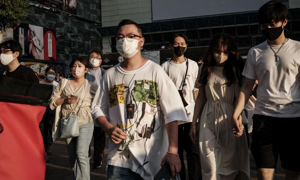 Người dân đeo khẩu trang trên đường phố Tokyo, Nhật Bản, hôm 28/7. Ảnh: AFP.