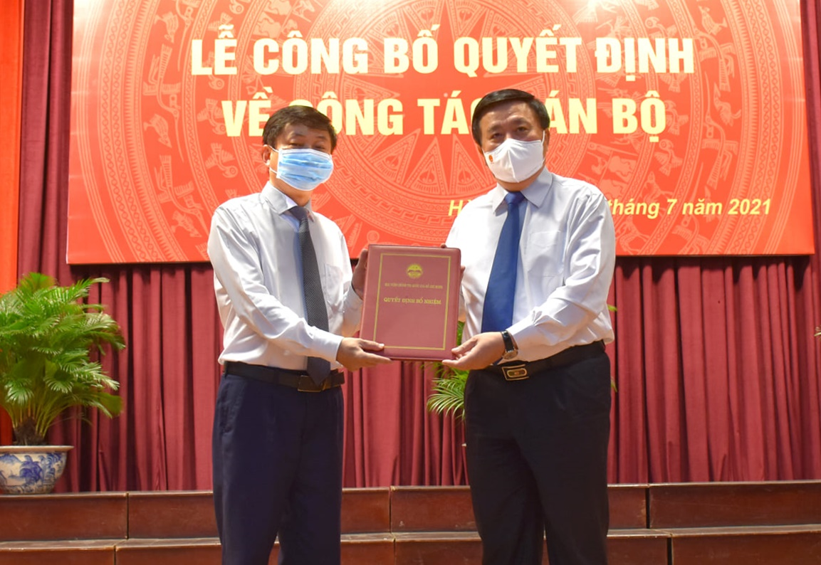 PGS.TS Phạm Minh Sơn (bên trái) nhận quyết định bổ nhiệm Giáo đốc Học viện Báo chí và Tuyên truyền. Ảnh: AJC