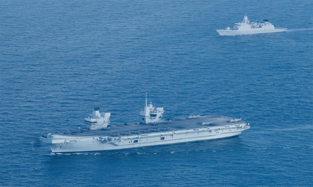 Tàu sân bay Anh HMS Queen Elizabeth và hộ vệ hạm Hà Lan HNLMS Evertsen trong cuộc diễn tập cùng hải quân Singapore ngày 26/7. Ảnh: BQP Anh.