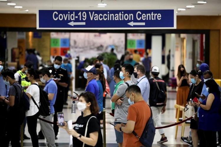 Người dân xếp hàng chờ tiêm vaccine tại một trung tâm tiêm chủng ở thủ đô Kuala Lumpur ngày 5/5. Ảnh: Reuters.