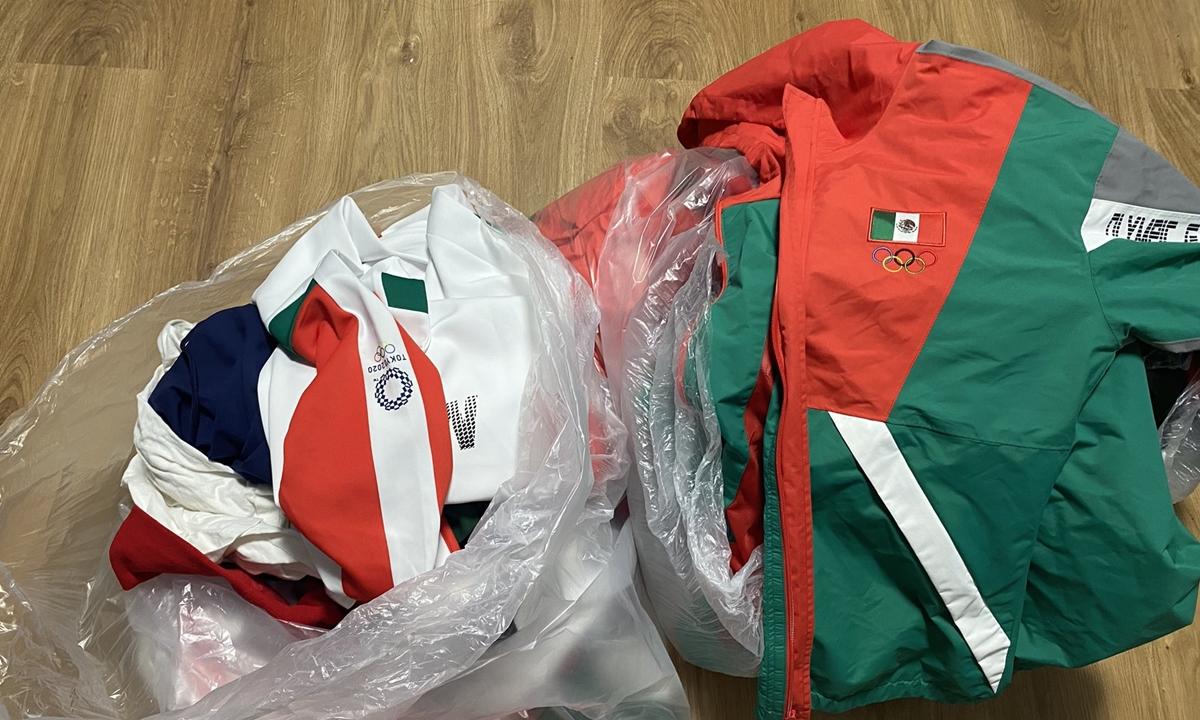 Đồng phục đội tuyển bóng mềm nữ Mexico bị vứt lại trong thùng rác làng Olympic Tokyo. Ảnh: Twitter/Esmeralda Falcon.