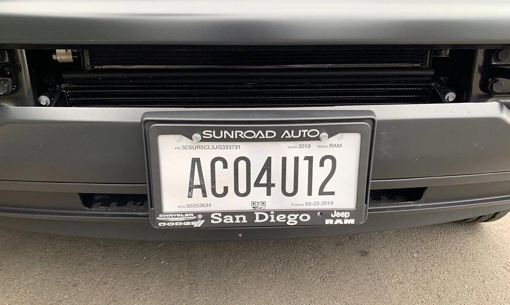 Biển số xe bằng giấy tạm thời cấp cho xe mới ở San Diego, bang California. Ảnh: Autotrader