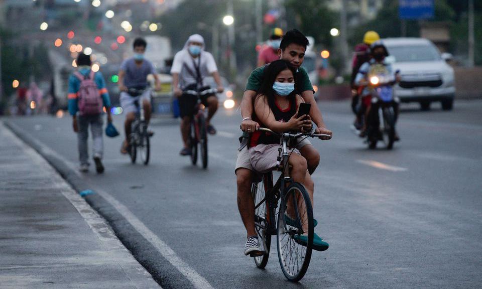 Người dân đi xe trên đường phố Manila, Philippines, hôm 11/6. Ảnh: Reuters.