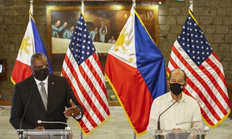 Bộ trưởng Quốc phòng Mỹ Lloyd Austin (trái) và Bộ trưởng Quốc phòng Philippines Delfin Lorenzana tại thành phố Quezon, vùng đô thị Manila, hôm 30/7. Ảnh: AP.
