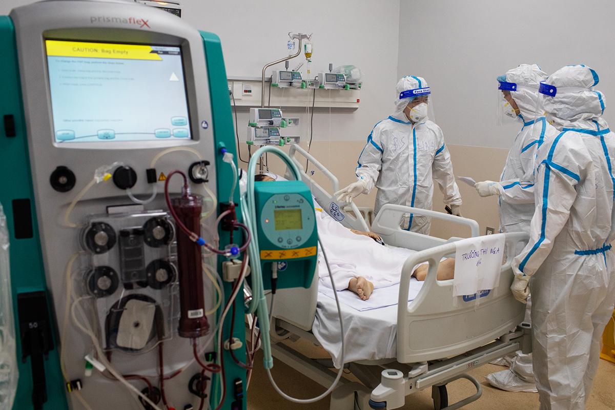 Nhân viên y tế đang điều trị bệnh nhân nặng tại Bệnh viện Hồi sức Covid-19 TP HCM. Ảnh: Thành Nguyễn.
