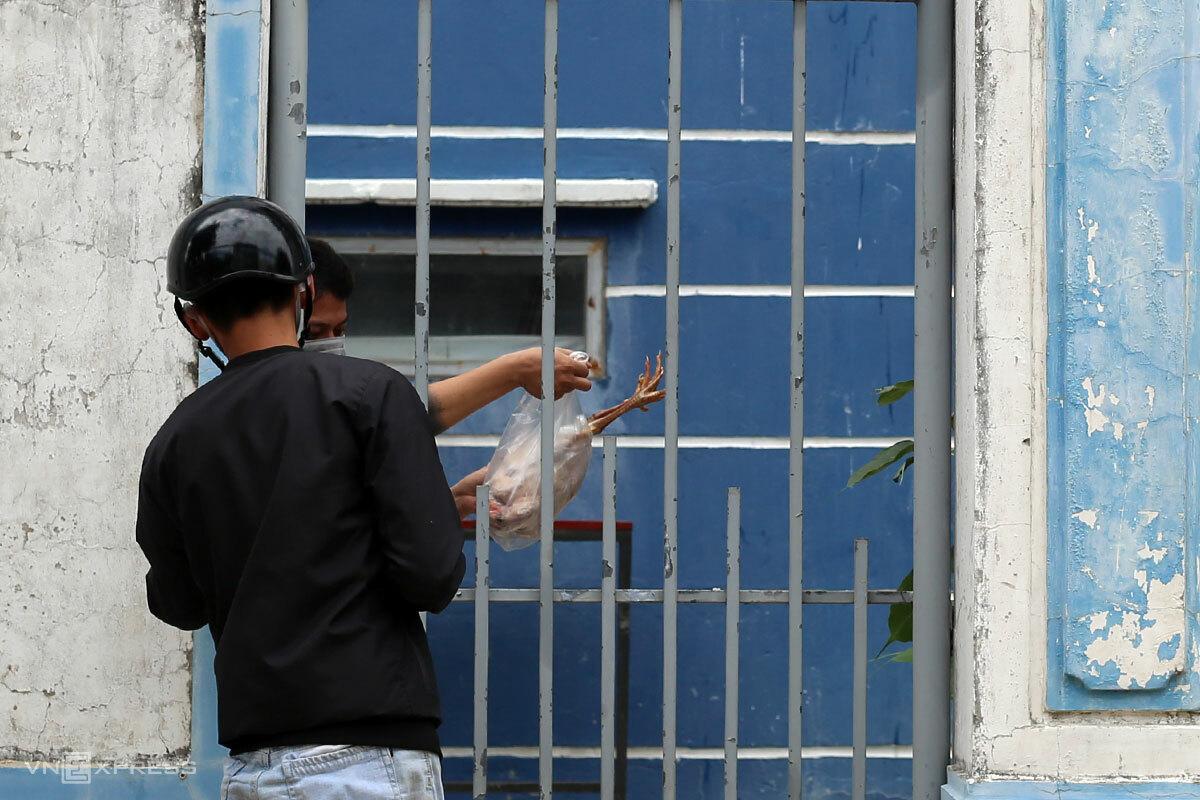 Một người dân trong khu chung cư ở phường Nại Hiên Đông đặt mua gà trước khi phường này áp dụng việc phong toả từ chiều 30/7. Ảnh: Nguyễn Đông.