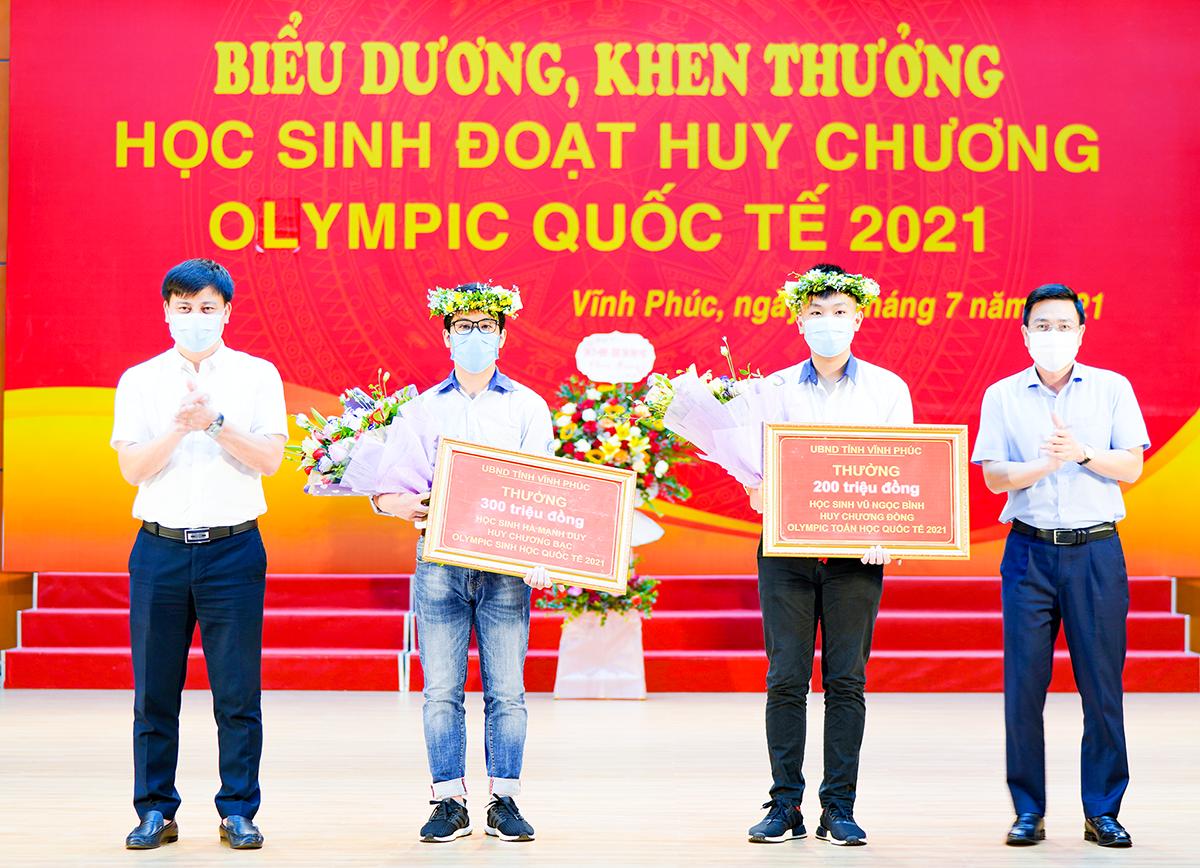 Hai học sinh nhận thưởng từ UBND tỉnh Vĩnh Phúc hôm 29/7. Ảnh: Trường THPT chuyên Vĩnh Phúc.