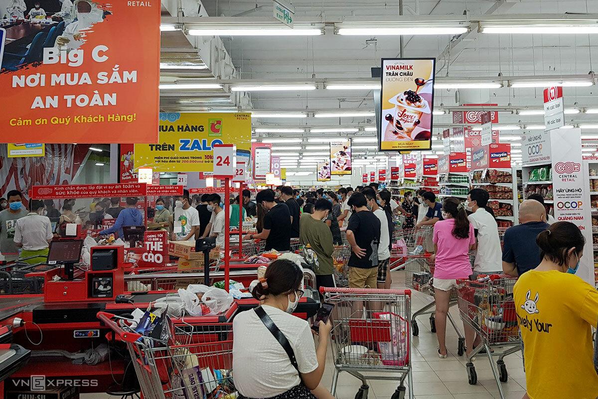 Người dân xếp hàng chờ thanh toán ở siêu thị Big C. Ảnh: Nguyễn Linh.