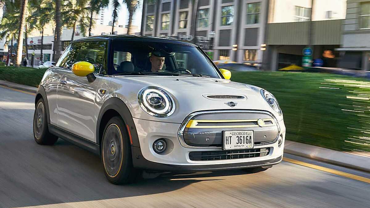 Mini Cooper SE tại Mỹ. Ảnh: Motor1