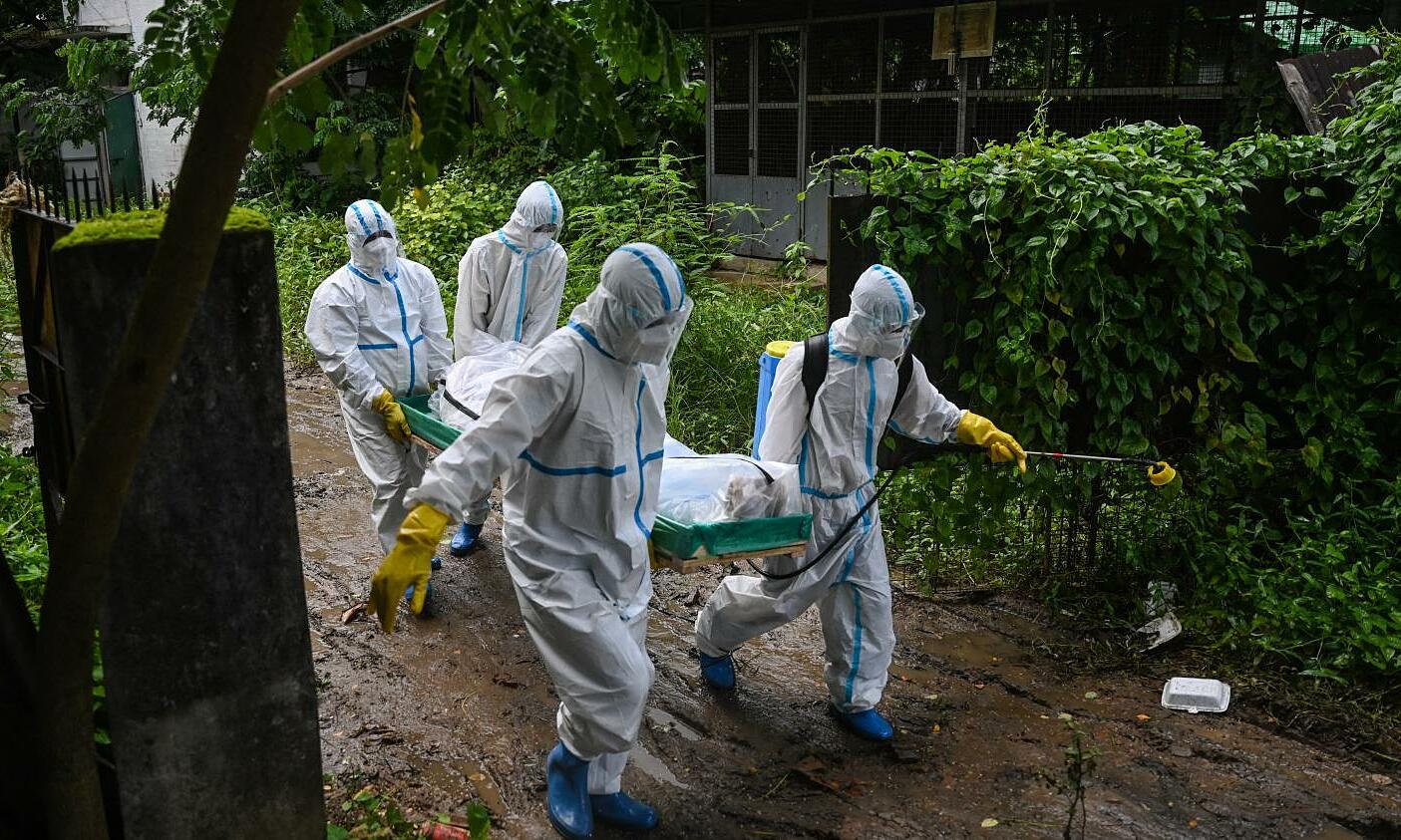 Tình nguyện viên đưa thi thể bệnh nhân Covid-19 đến một nghĩa trang tại Yangon, Myanmar. Ảnh: AFP.