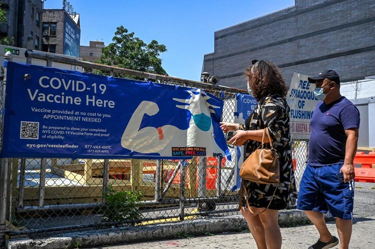 Một băng rôn quảng cáo vaccine Covid-19 ở khu Queens, New York. Ảnh: NYTimes.