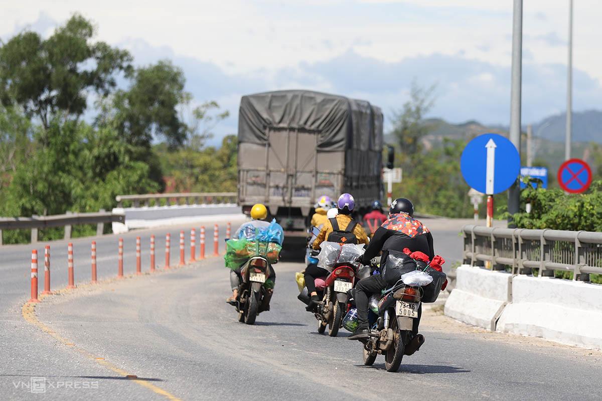 Nhiều người dân đi xe máy mang biển số xe Hà Tĩnh, Nghệ An, Quảng Bình. Ảnh: Võ Thạnh