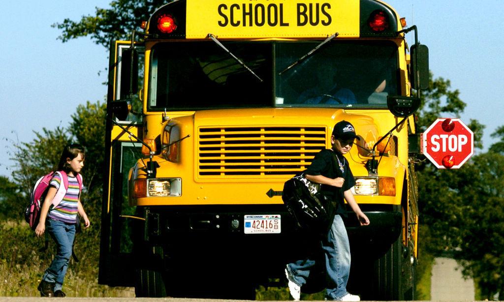 Một xe buýt chở học sinh ở Wisconsin, với màu vàng đặc trưng, biển báo dừng bên sườn trái. Ảnh: Wisconsin State Journal