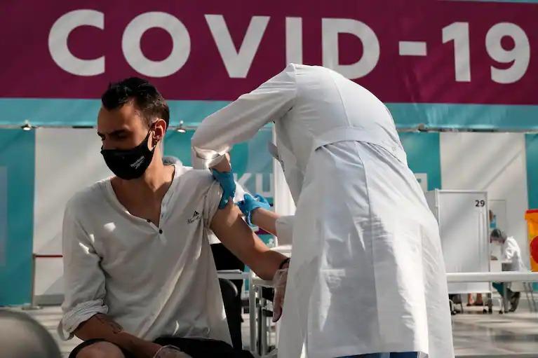 Một người tiêm vaccine Sputnik V tại Moskva vào tháng 7. Ảnh: AP.