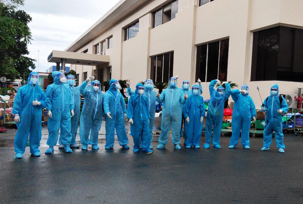 Các thành viên đội tình nguyện ở nhà máy EsTec Vina. Ảnh: An Phương.