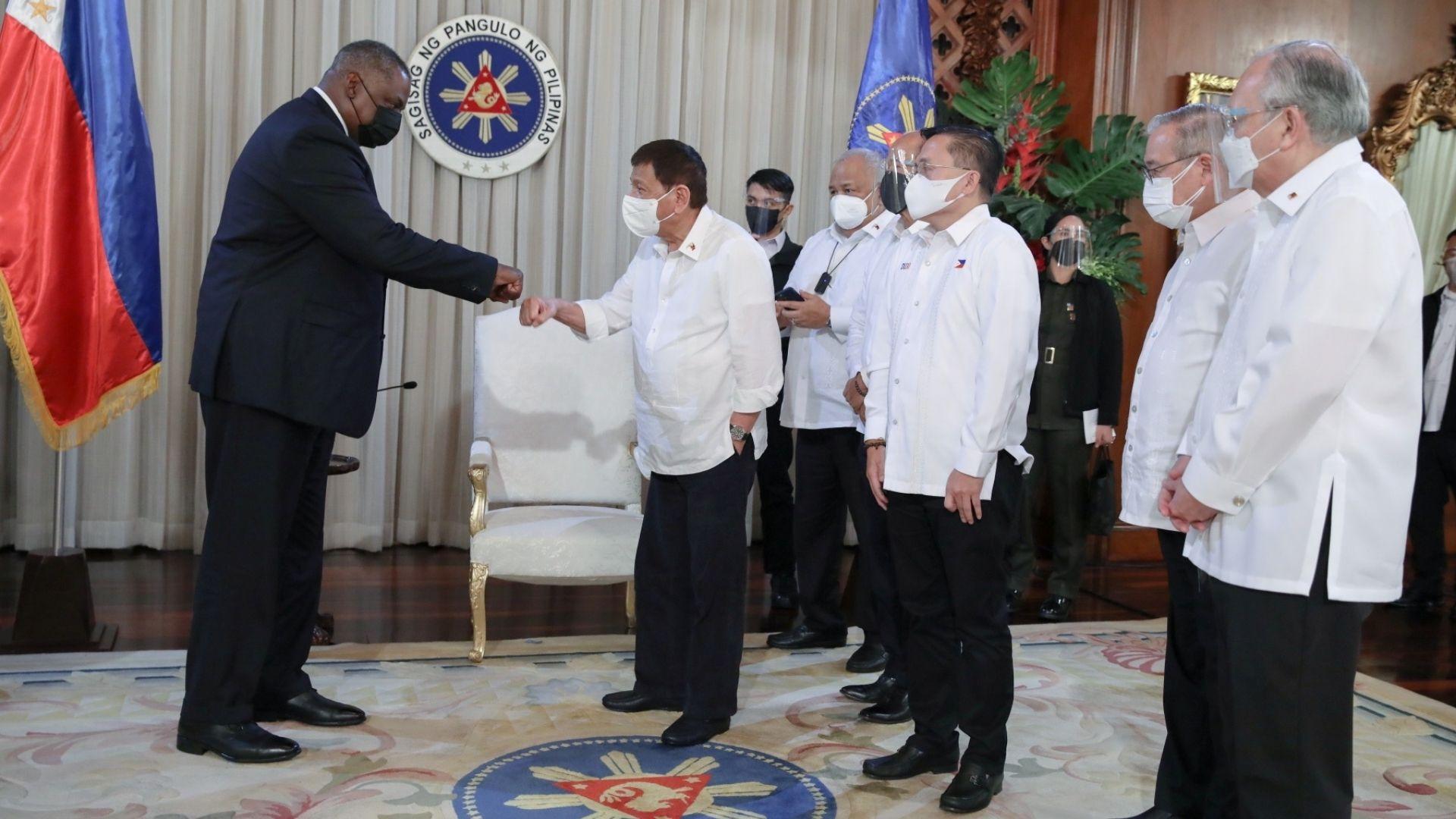 Bộ trưởng Quốc phòng Mỹ Lloyd Austin gặp Tổng thống Philippines Rodrigo Duterte ngày 29/7 tại Manila. Ảnh: Reuters.