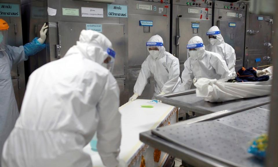 Nhân viên y tế hôm 31/7 chuyển thi thể vào container trữ lạnh sau khi một bệnh viện ở Pathum Thani, gần thủ đô Bangkok, quá tải vì ca tử vong do Covid-19. Ảnh: Reuters.