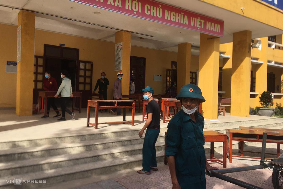 Người dân xã Phong Aan dọn dẹp trường học làm khu cách ly. Ảnh: Võ Thạnh