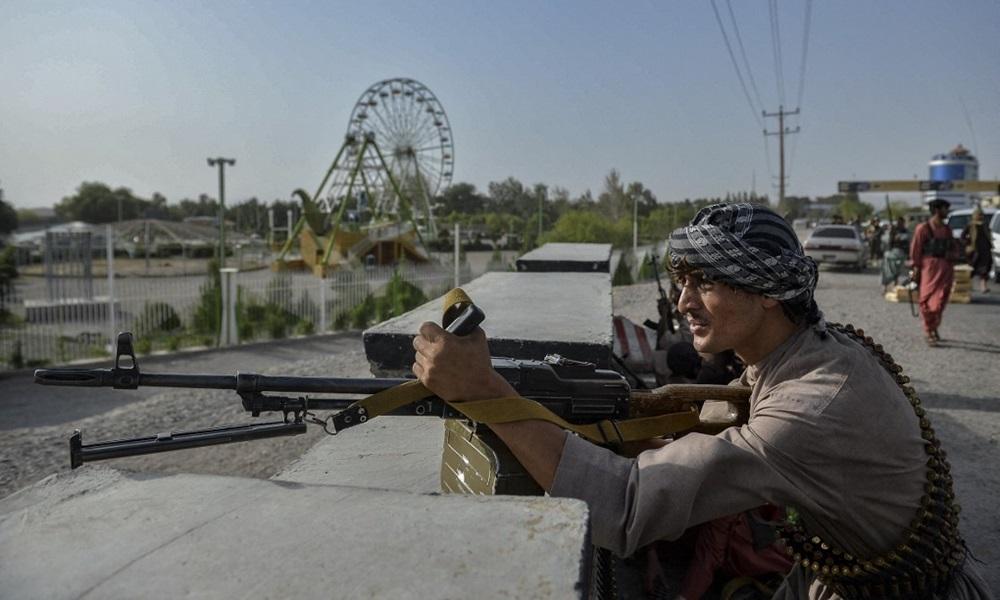 Dân quân Afghanistan chiến đấu chống lại Taliban ở huyện Enjil, tỉnh Herat hôm 30/7. Ảnh: AFP.