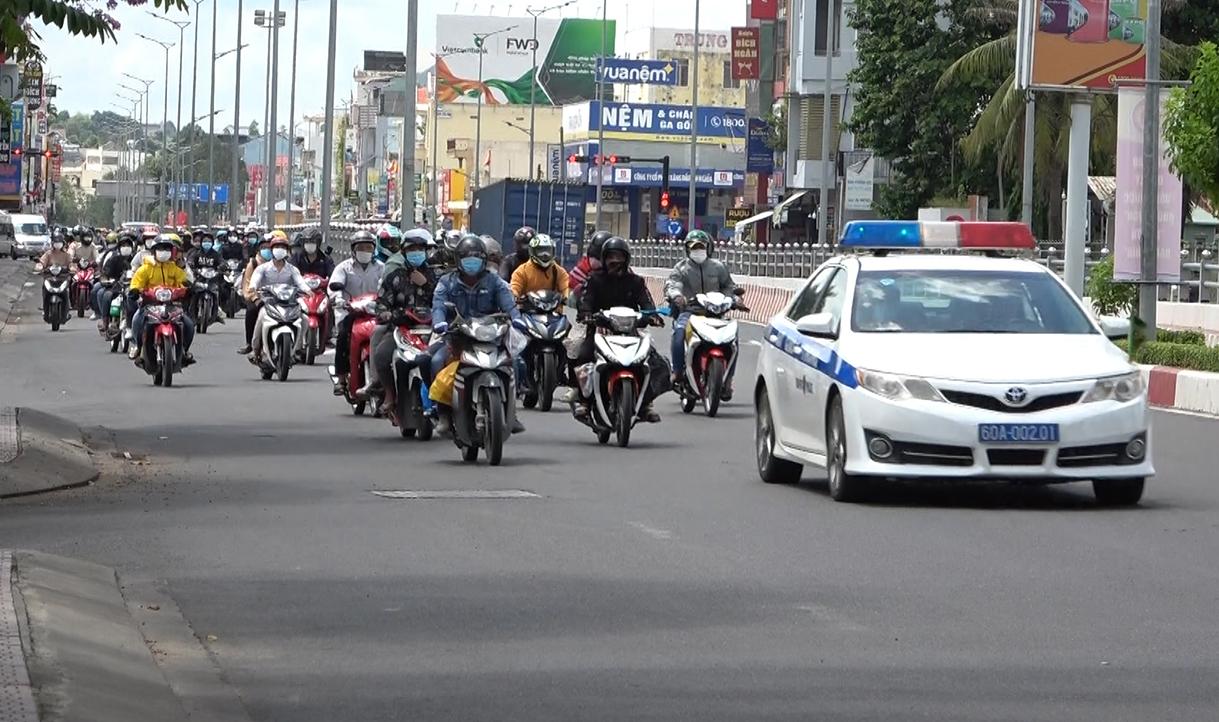 CSGT dẫn đoàn đưa hơn 1.200 công nhân về quê Ninh Thuận. Ảnh: Thái Hà