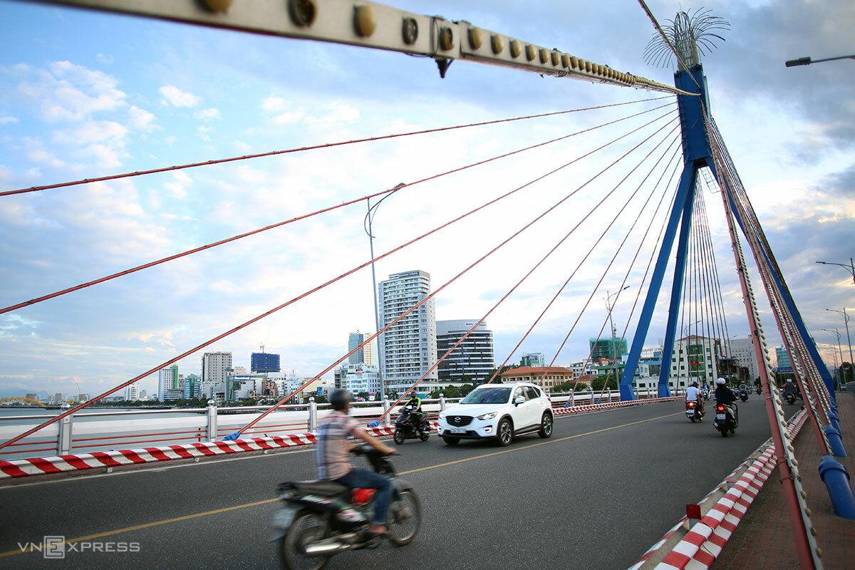Những ngày qua, phương tiện lưu thông trên đường phố Đà Nẵng giảm mạnh, khi thành phố liên tiếp phát hiện các chuỗi lây nhiễm mới, ảnh chụp trên cầu sông Hàn chiều 29/7. Ảnh: Nguyễn Đông.