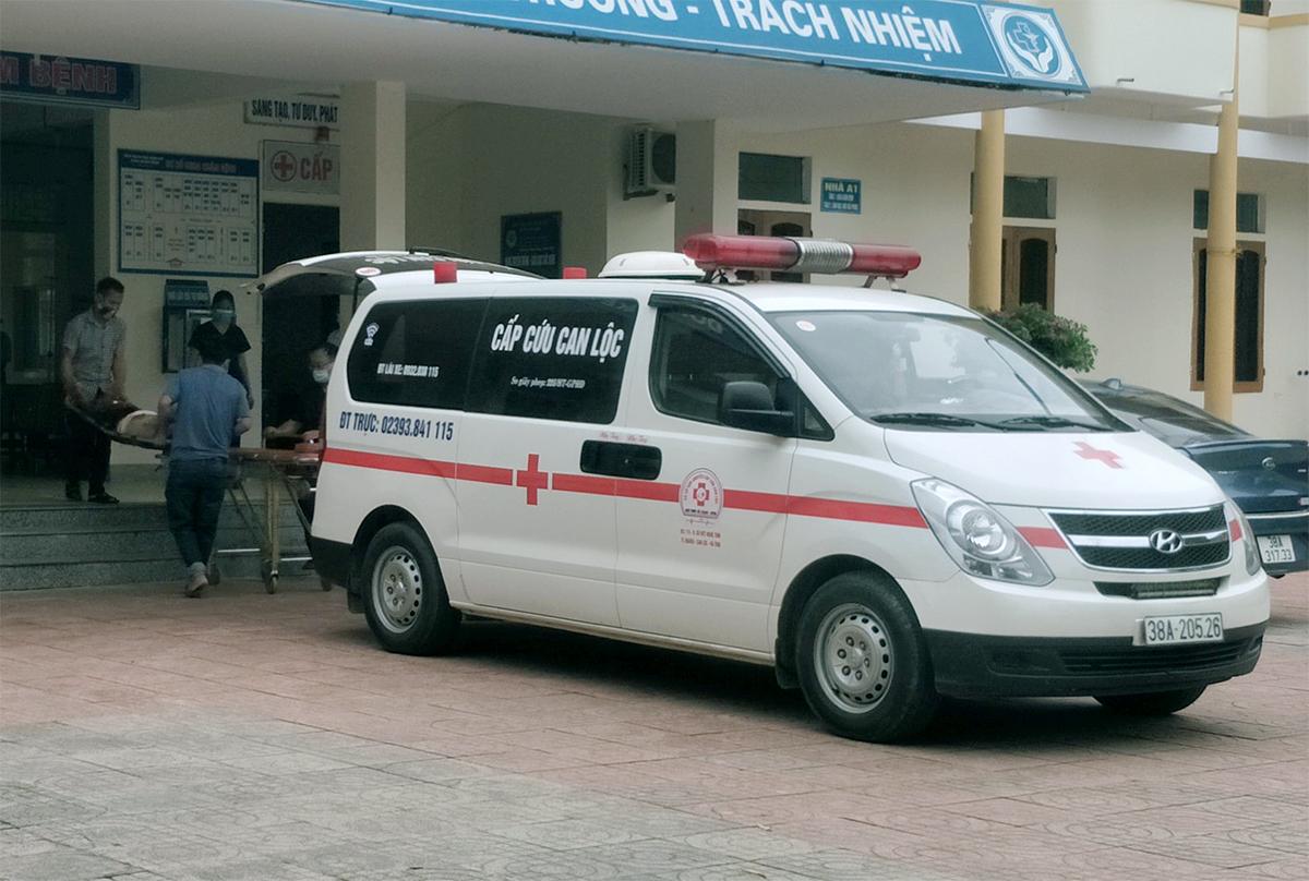 Xe cứu thương chở các nạn nhân đến Bệnh viện Đa khoa huyện Hương Khê, trưa 31/7. Ảnh: Hùng Lê