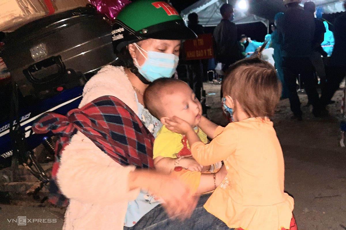 Chị Lầu Y Tia ở Kỳ Sơn, Nghệ An cùng hai con nhỏ khi dừng ở đèo Lò Xo. Ảnh: Đắc Thành