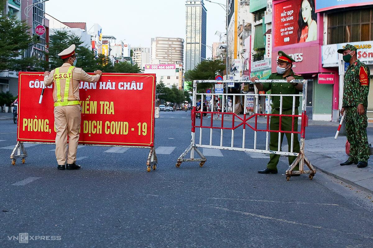 Công an quận Hải Châu lập chốt kiểm soát người đi lại, lúc 18h ngày 31/7. Ảnh: Nguyễn Đông.