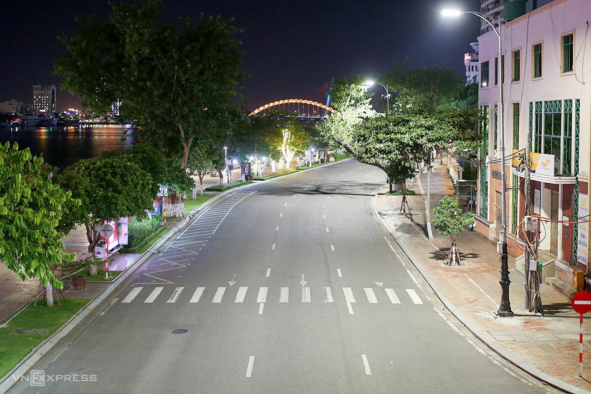 Đường Bạch Đằng vắng vẻ ở thời điểm 20h ngày 31/7. Ảnh: Nguyễn đông.