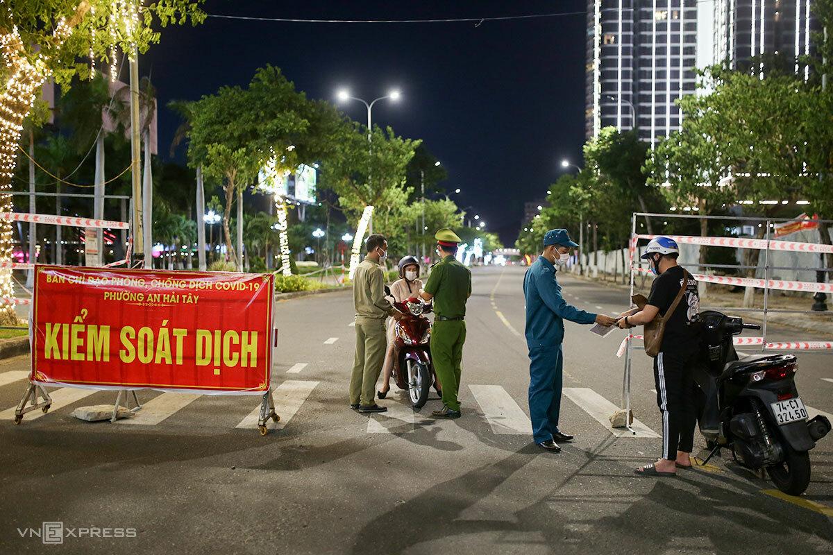 Chốt kiểm soát của phường An Hải Tây trên đường Trần Hưng Đạo, lúc 19h. Ảnh: Nguyễn Đông.