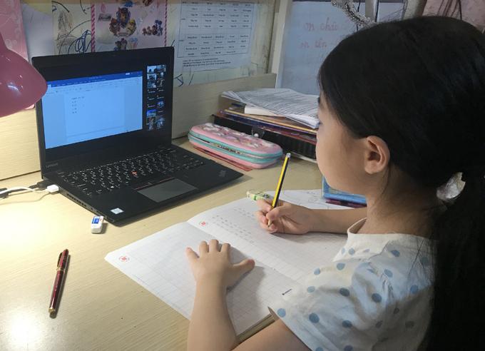 Học sinh tiểu học ôn tập online trước khi thi học kỳ II. Ảnh minh họa.