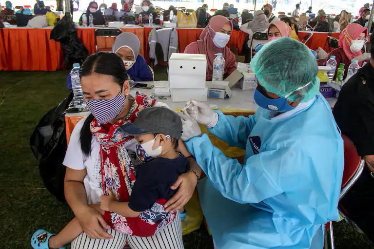 Một phụ nữ tiêm vaccine tại Surabaya, Indonesia ngày 29/7. Ảnh: Reuters.