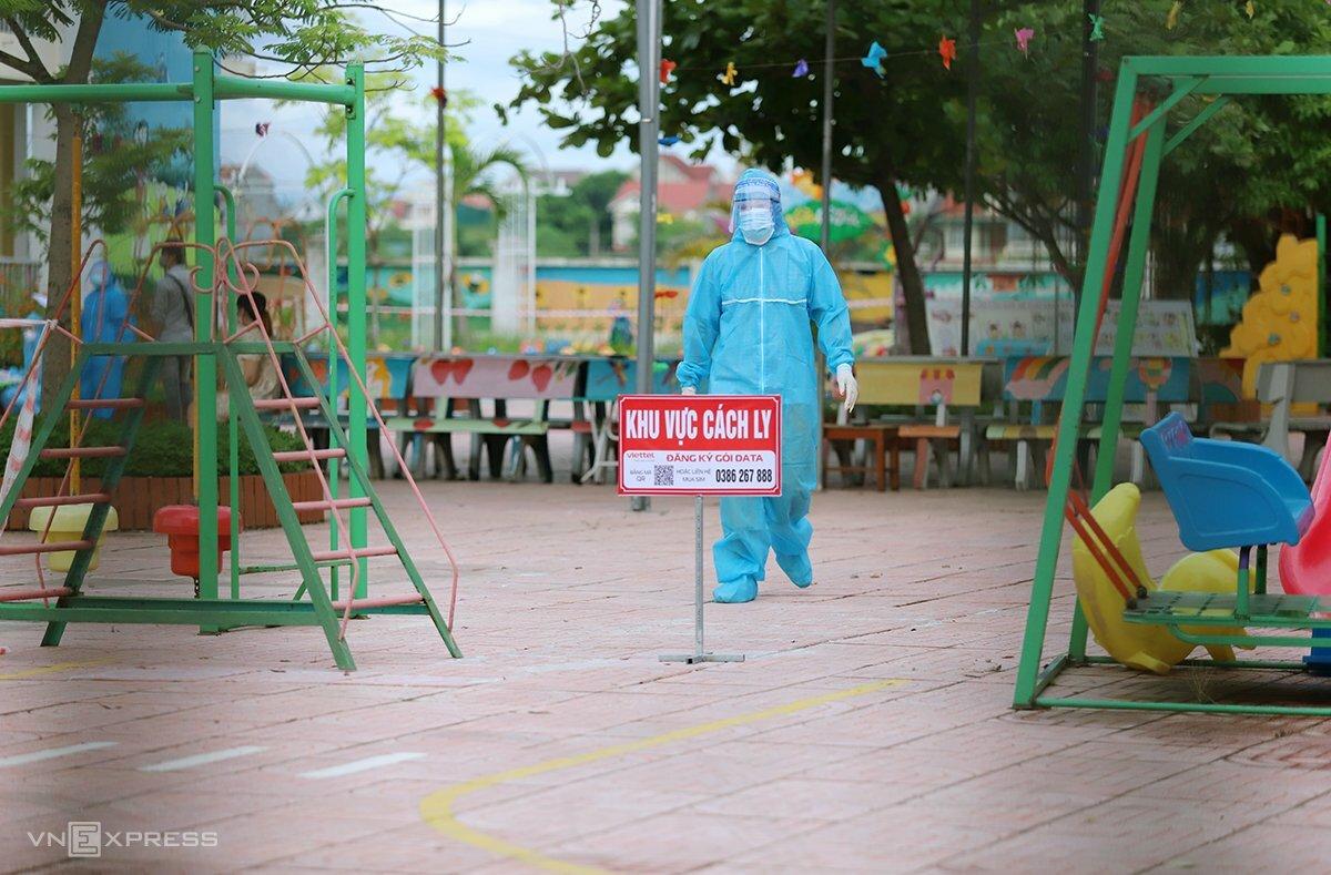 Nhân viên y tế làm việc tại Trường mầm non Đức Yên, huyện Đức Thọ, nơi cách ly người về từ TP HCM và các tỉnh phía Nam. Ảnh: Đức Hùng