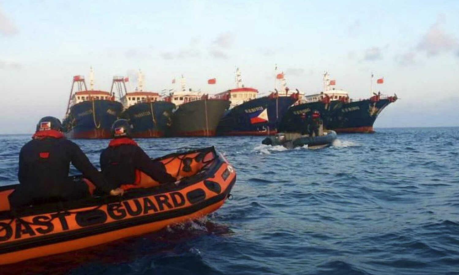 Xuồng cao su của tuần duyên Philippines áp sát các tàu Trung Quốc tại đá Ba Đầu vào tháng 4. Ảnh: Reuters.