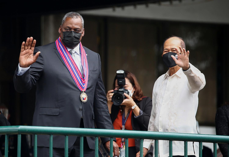 Bộ trưởng Quốc phòng Mỹ Lloyd Austin làm việc cùng người đồng cấp Philippines Delfin Lorenzana tại Manila vào ngày 30/7. Ảnh: Reuters.