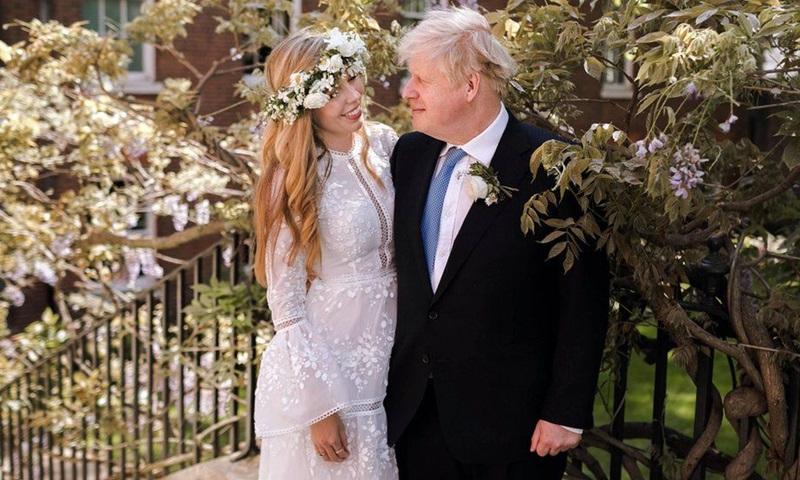 Vợ chồng Thủ tướng Anh Boris Johnson tại số 10 phố Downing, London sau đám cưới hồi tháng 5. Ảnh: PA.