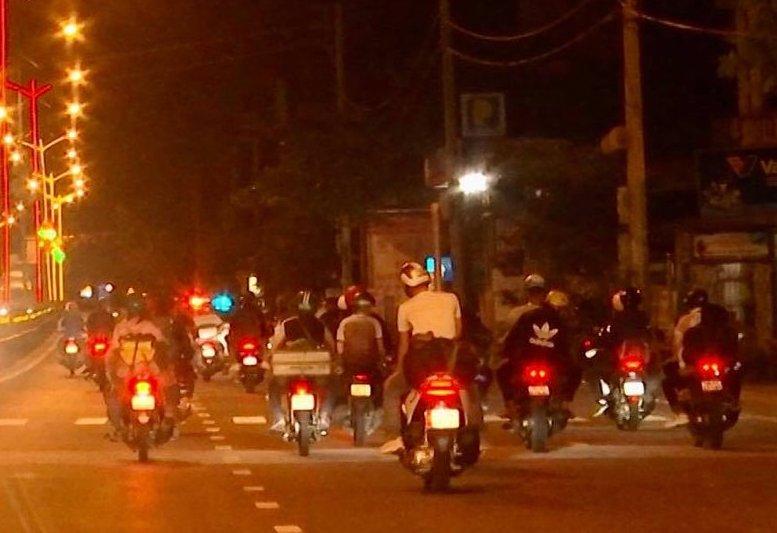 Đoàn người từ các tỉnh phía Nam về quê, ngang qua TP Đông Hà (Quảng Trị), tối 30/7. Ảnh: Hoàng Táo