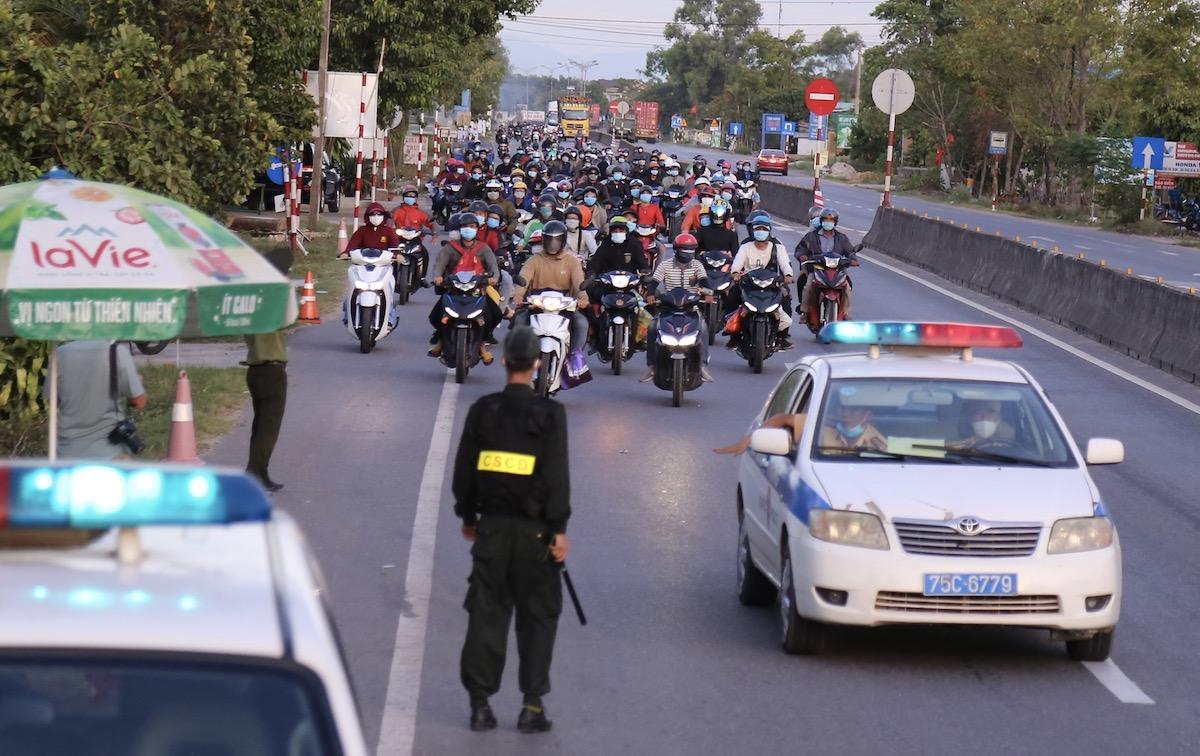 Đoàn người từ các tỉnh phía Nam về quê, đoạn qua chốt kiểm dịch xã Hải Chánh, Hải Lăng, Quảng Trị, lúc 18h ngày 31/7. Ảnh: Hoàng Táo