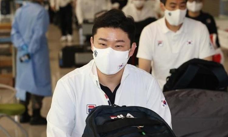 Jin Jong-oh trở về sân bay quốc tế Incheon, Hàn Quốc, hôm 31/7 sau khi kết thúc thi đấu tại Olympic Tokyo. Ảnh: Yonhap.