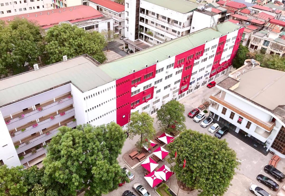 Toà nhà được sơn đỏ chữ FTU (tên viết tắt tiếng Anh của Đại học Ngoại thương), một trong những biểu tượng của trường. Ảnh: FTU Times