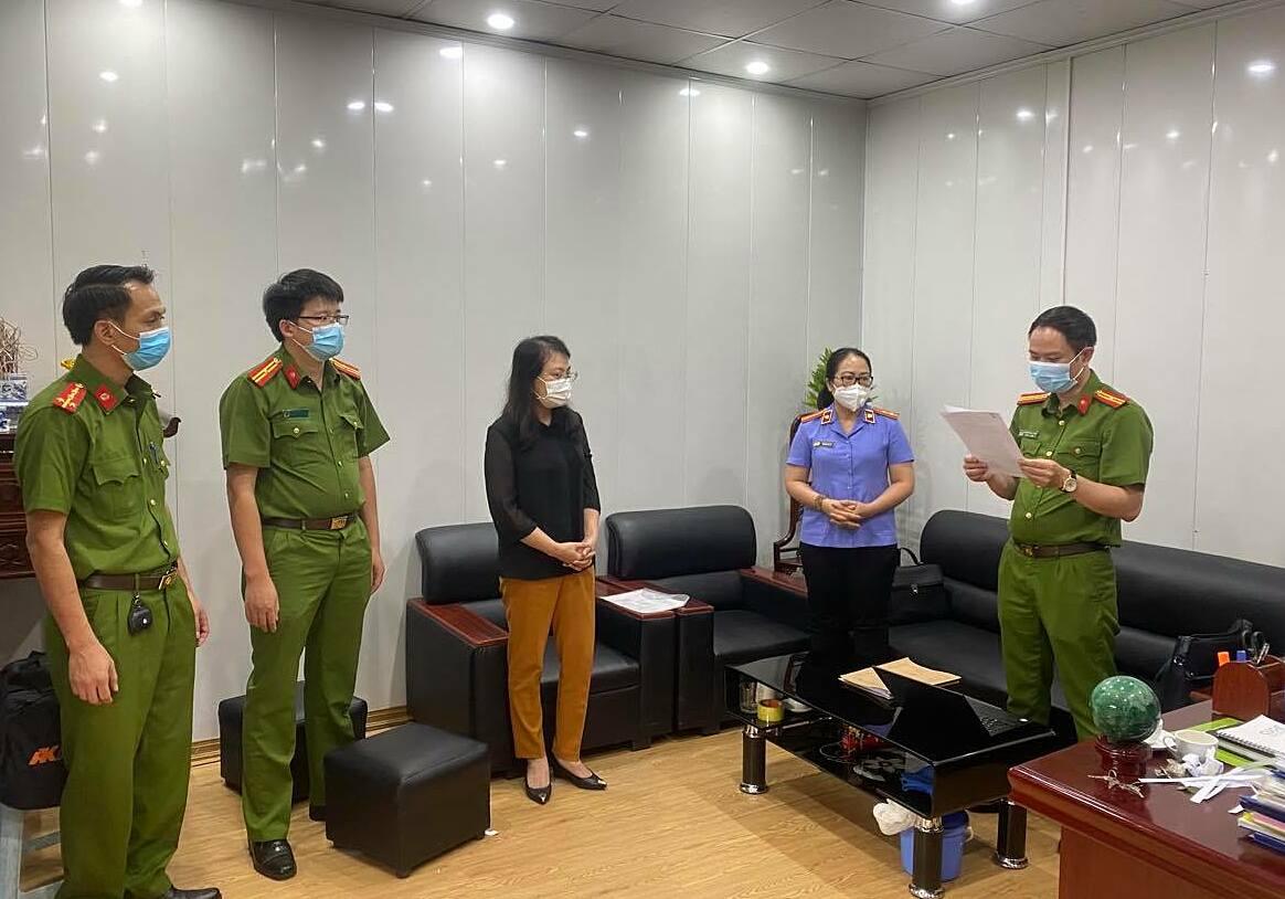 Cảnh sát đọc lệnh khám xét nơi làm việc của bị can Đỗ Quang Tiến với đại diện của công ty. Ảnh: Song Minh