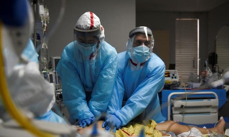 Nhân viên y tế thực hiện hô hấp nhân tạo cho một bệnh nhân Covid-19 tại Trung tâm Y khoa United Memorial ở Houston, Texas, hồi tháng 12/2020. Ảnh: Reuters.