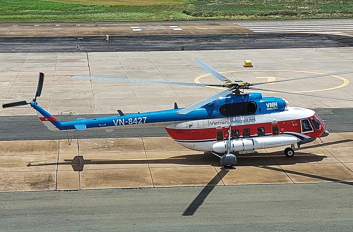 Trực thăng chuẩn bị cất cánh tại sân bay Vũng Tàu ra Côn Đảo, trưa nay. Ảnh: Hắc Minh.
