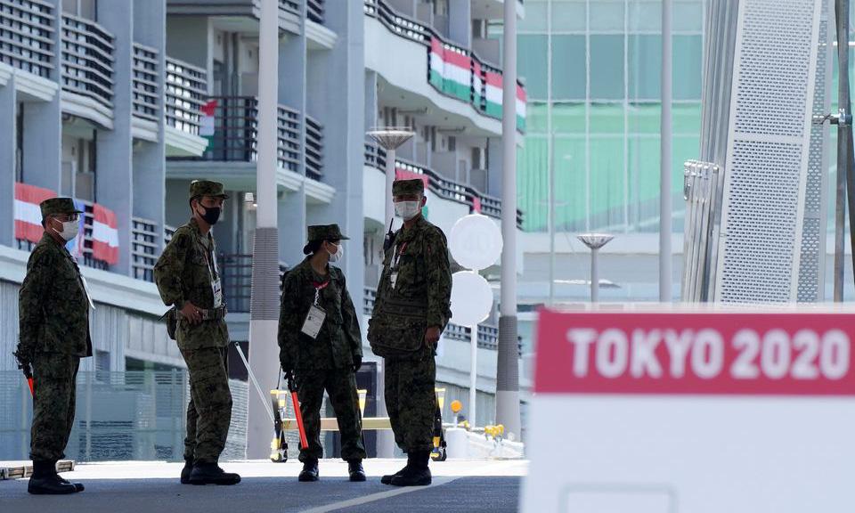 Binh sĩ Nhật đứng gác tại làng vận động viên Olympic ở Tokyo hôm 22/7. Ảnh: Reuters.